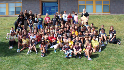 JuJu Smith-Schuster posing with students and staff at Ross Elementary